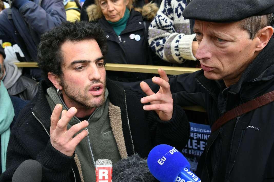 Mathieu Burellier et Benoit Ducos, deux des sept prévenusaccusés d'avoir «aidé» des migrants, devant le tribunal de Gap, le 8 novembre.