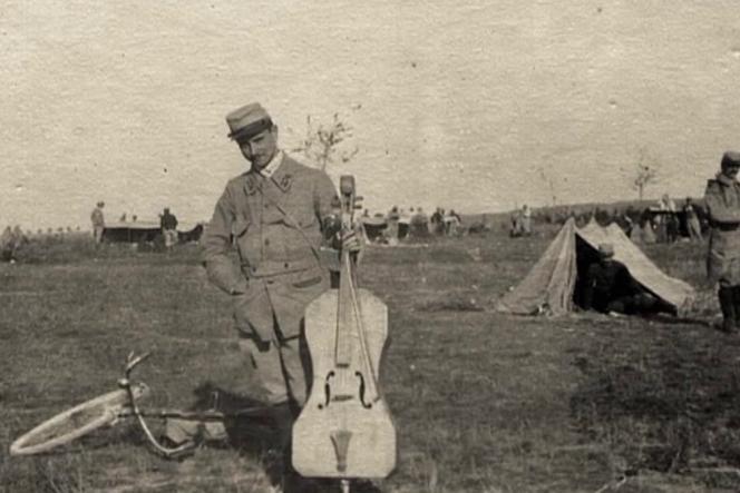 Maurice Maréchal et son« Poilu»,un violoncelle de guerre joué dans les tranchées.