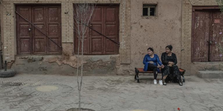 Kashgar, le 27 septembre 2018 Deux femmes ouïgour dans une rue bordée de maisons fermées. Gilles Sabrié pour Le Monde
