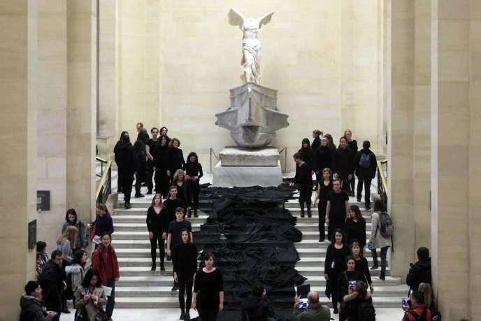 Des manifestants écologistes protestent contre le partenariat entre le Louvre et Total, en mars 2017.