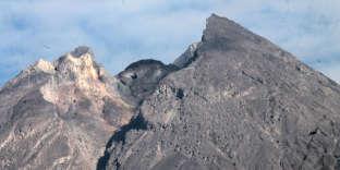 Le dôme du volcan Merapi (Indonésie), formé de laves qui s'écoulent à moins de 20 cm par heure, mesure 150 m de diamètre et 40 à 50 m de haut. Il s'effondre pour le moment à l'intérieur du cratère (vers la droite). Il posera problème s'il grossit sur la pente située à gauche et, après avoir grossi sur la pente, il s'effondre brutalement.