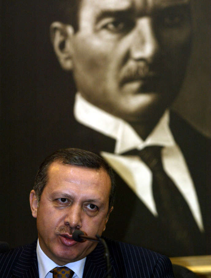 Le premier ministre turc, Recep Tayyip Erdogan, s'exprimant devant le portrait d'Atatürk lors de sa conférence de presse à Ankara, le 15 décembre 2004,alors qu'il se rend à Bruxelles pour participer au sommet de l'Union européenne.
