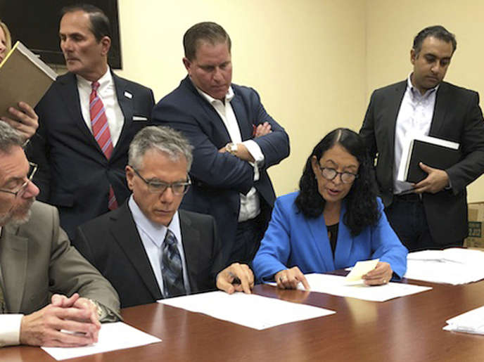 Les autorités chargées de superviser les élections en Floride étudient des bulletins de vote, le 9novembre, à Riviera Beach.
