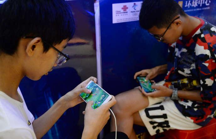 Des jeunes chinois jouent à