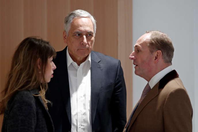 Dieter Kiefer (au centre), ancien responsable d'UBS France International, et Markus Diethelm, conseiller général du groupe UBS AG, au tribunal de Paris, le 8 novembre.