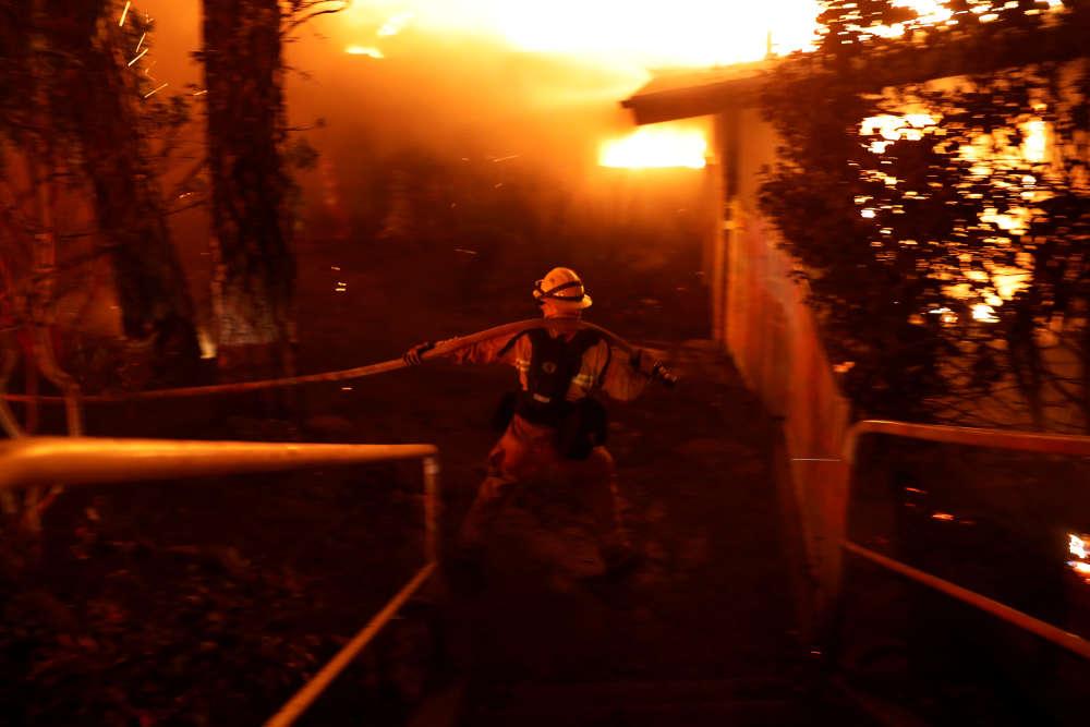 Un pompier tente de maîtriser le feu à Paradise.