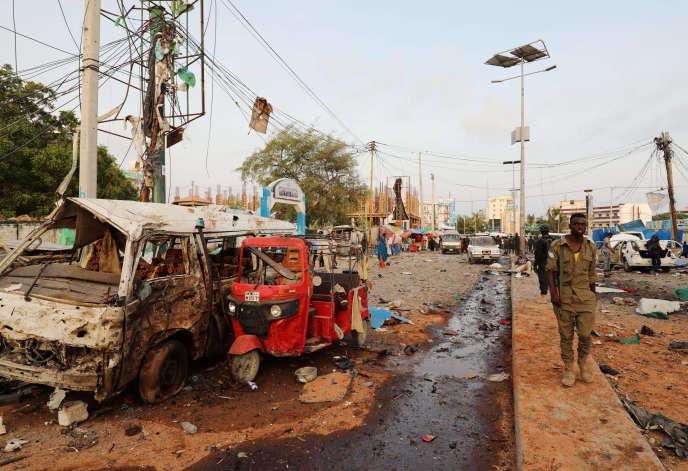 Un officier de sécurité sur les lieux de l'explosion de plusieurs voitures, le 9 novembre 2018, à Mogadiscio.