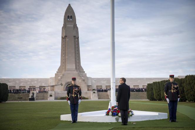 Emmanuel Macron se recueille devant les dépouilles de 130 000 soldats français et allemands, à la nécropole de Douaumont, le 6 novembre.