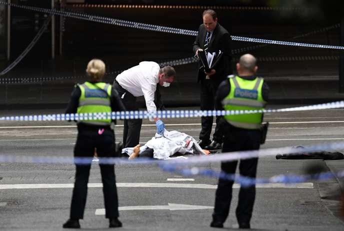 Une personne est morte et deux personnes ont été blessées après avoir été poignardées dans le centre-ville de Melbourne,vendredi 9 novembre.