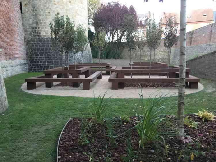 Dans les douves du château de Péronne, qui donne lui-même accès à l'Historial de la Grande Guerre, deux paysagistes irlandais(l'un d'Irlande, l'autre... d'Irlande du Nord) ont conçu un jardin pour le public. Les fruits de ses arbres sont à cueillir, les bancs de pierre sont là pour le repos des visiteurs. L'«aire de pique-nique» est une construction harmonieuse et conviviale.