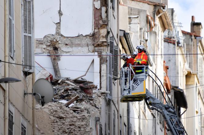 Les pompiers inspectent les décombres dans la rue d'Aubagne, à Marseille, le 8 novembre 2018, après l'effondrement de deux immeubles le 5 novembre.