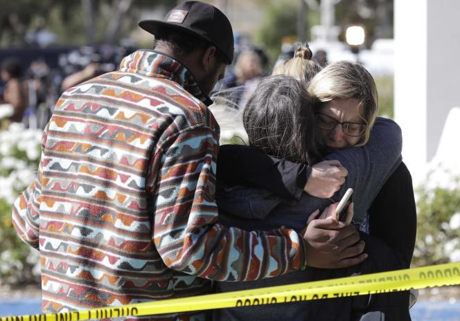 Des Californiens pleurent les douze victimes de la fusillade, qui a eu lieu à Thousand Oaks, à Los Angeles, le soir du 7 novembre.
