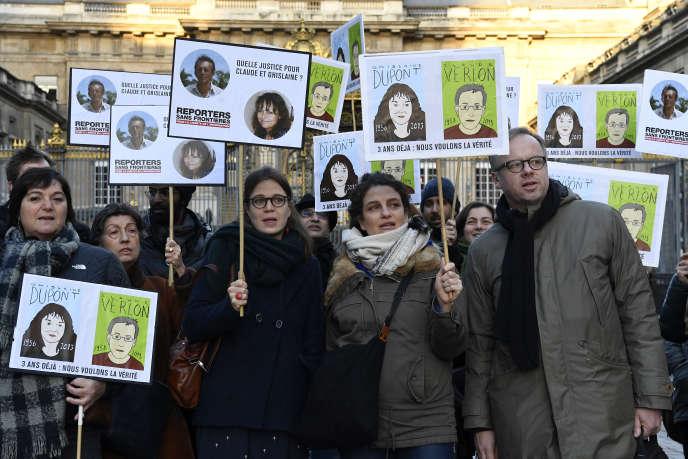 Des manifestants demandent que la lumière soit faitesur la mort de Ghislaine Dupont et de Claude Verlon, à Paris, le 13janvier 2017.