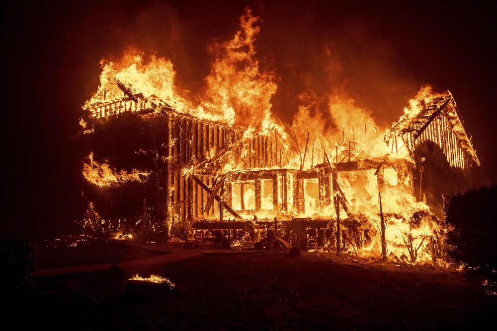 Dans la seule ville de Paradise, les pompiers estiment déjà que plus d'un millier d'habitations sont parties en flammes.