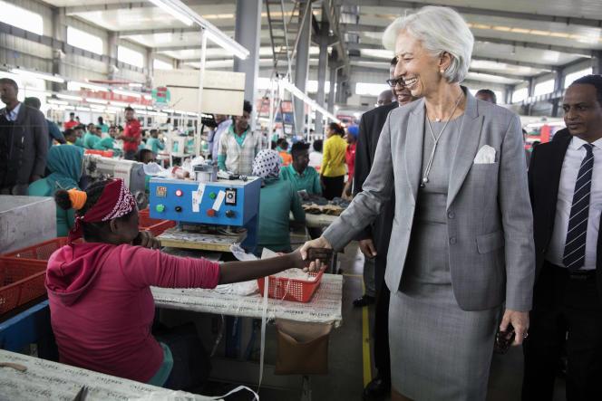 La directrice générale du FMI, Christine Lagarde, visite une usine de chaussures à Addis-Abeba, en Ethiopie, le 14décembre 2017.