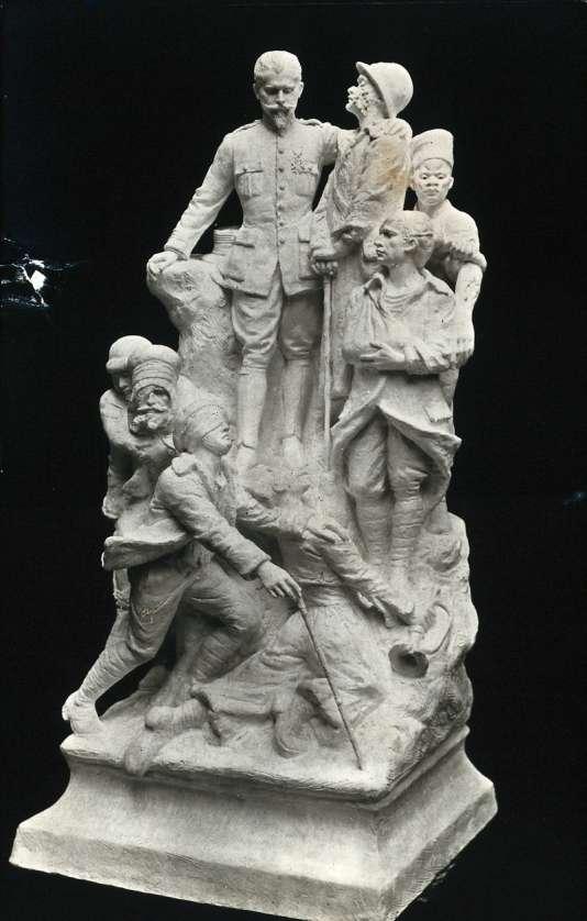 Statueà l'Hôpital du Val-de-Grâce à Paris en hommage à Hippolyte Morestin par les blessés de la face .