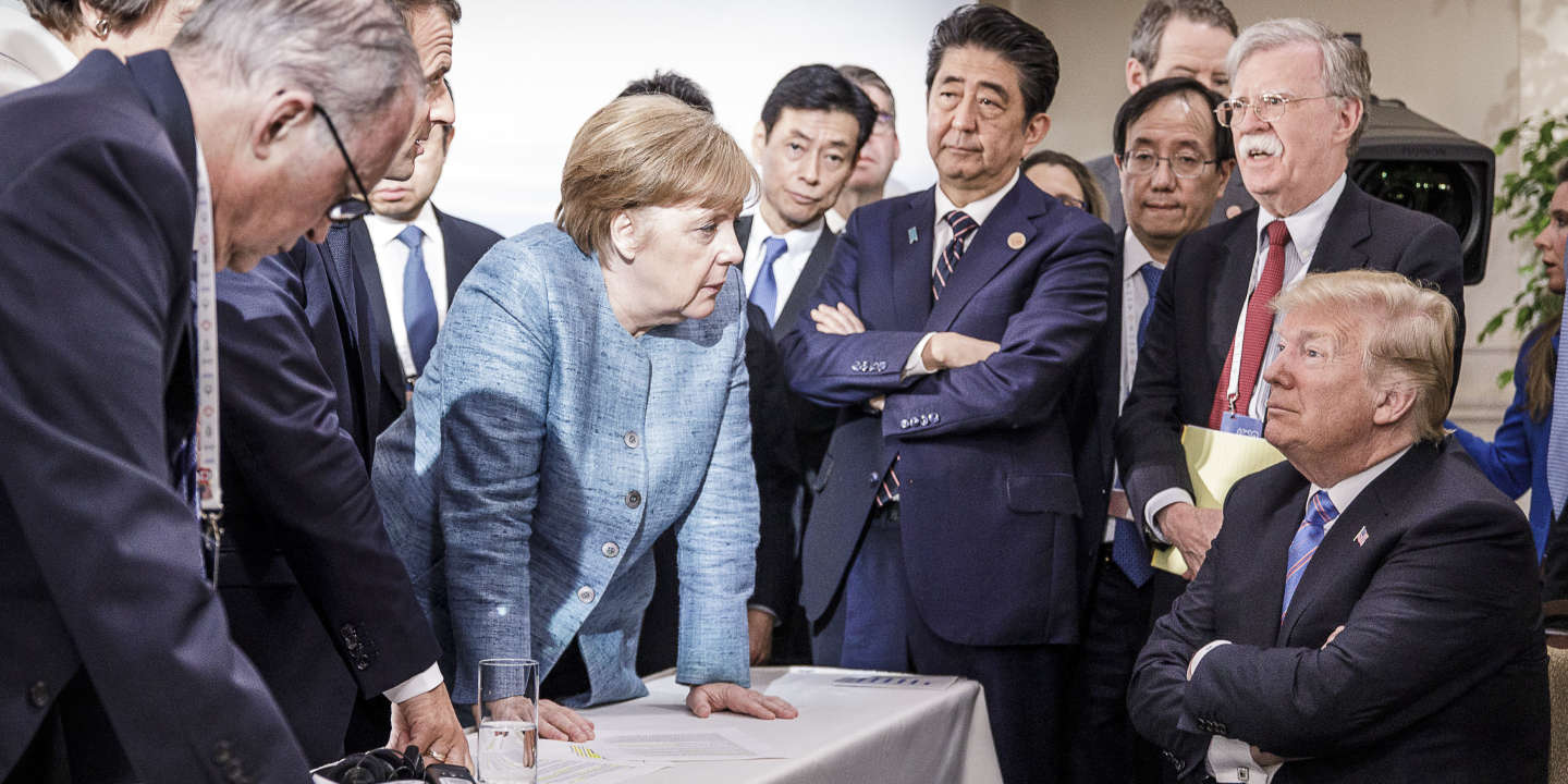HANDOUT - 09 June 2018, Charlevoix, La Malbaie, Quebec, Canada: German Chancellor Angela Merkel (CDU, C) speaking with US President Donald Trump (r) during proceedings on the sidelines of the official order of business. French President Emmanuel Macron (2.f.l), Japanese Prime Minsiter Shinzo Abe (4.f.r), and John Bolton, National Security Advisor of the United States, look on. Photo: Jesco Denzel/Bundesregierung /dpa - ATTENTION: editorial use only and only if the credit mentioned above is referenced in full
