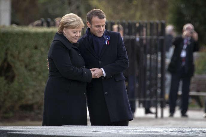Emmanuel Macron, président de la République, et Angela Merkel, chancelière de la République fédérale d'Allemagne, participent à une cérémonie à l'occasion du centenaire de l'armistice du 11 novembre 1918 à la Clairière de l'armistice à Compiègne, samedi 10 novembre 2018.