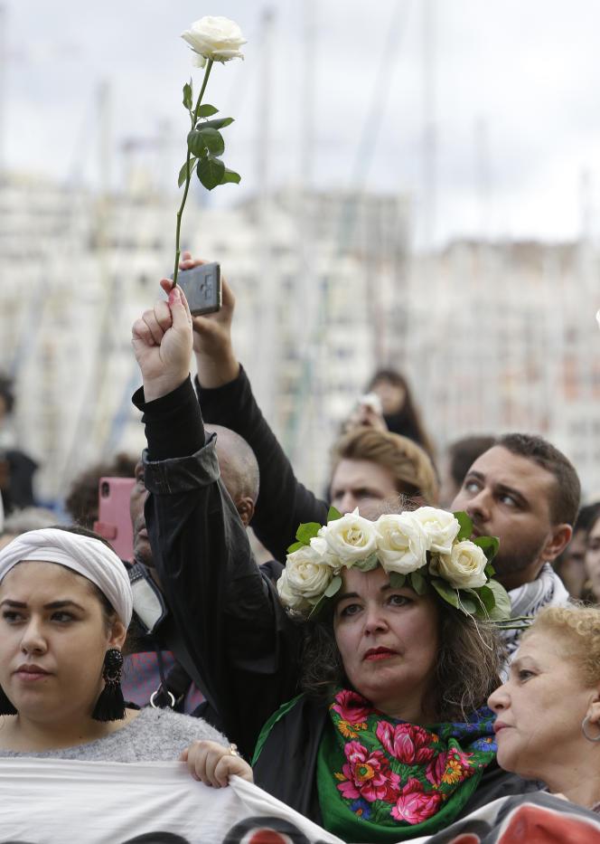 Des centaines de personnes rendent hommage aux victimes des effondrements d'immeublesà Marseille, le 10 novembre.
