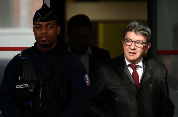 Jean-Luc Mélenchon à sa sortie de son interrogatoire par la police, à Nanterre (Hauts-de-Seine), le 18 octobre.