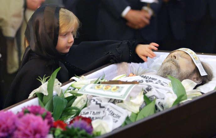 La dépouille d'Alexandre Soljenitsyne avait été exposée au monastère de Donskoy, à Moscou, le 6 août 2008. Il était mort d'un arrêt cardiaque trois jours plus tôt, à 89 ans.