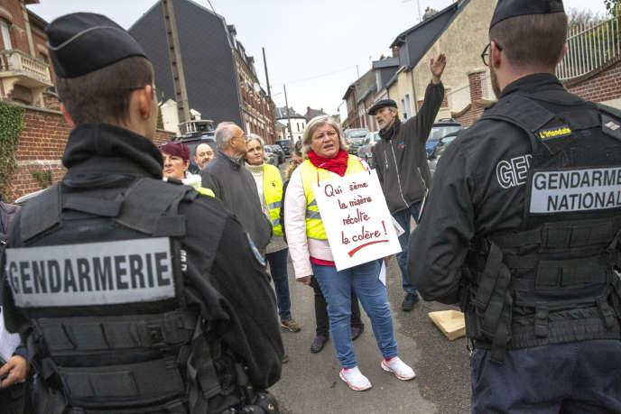 Des membres du mouvementdes « gilets jaunes» manifestent au passage d'Emmanuel Macron à Albert (Somme), le 9 novembre.
