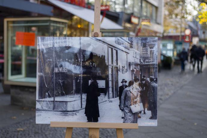 Pour commémorer la Nuit de cristal, une photo du 10 novembre 1938 est exposée au même endroit 80 ans plus tard, le 6 novembre, à Berlin.