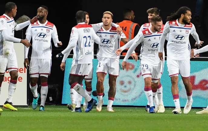 Memphis Depay, au centre, lors de la victoire lyonnaise contre Guingamp, le 10novembre 2018.