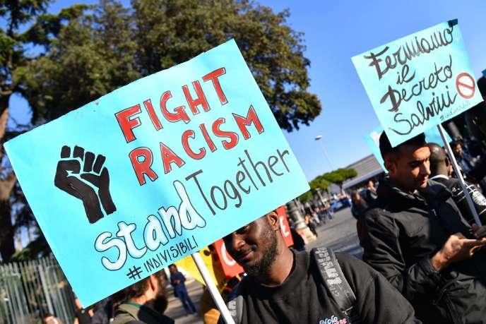 « Combattons le fascisme », « Black lives matter », « Accueil pour tous, ouvrez les frontières »... beaucoup de banderoles défendaient les droits des migrants, venus en masse à ce grand rassemblement
