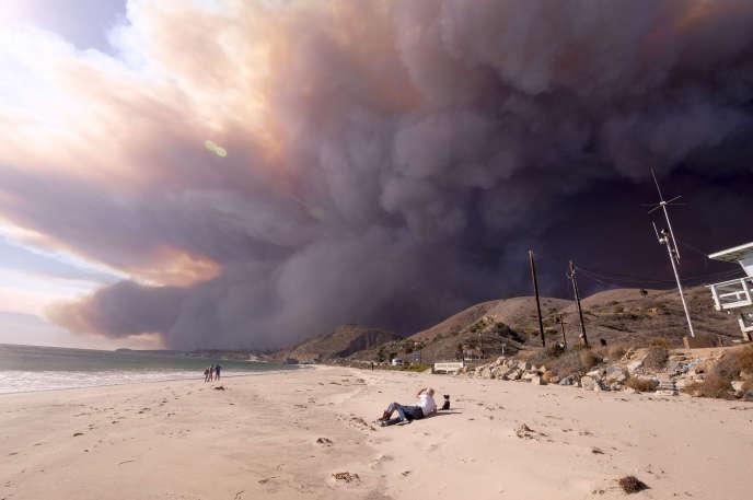 Le feu se propage a une très grande vitesse et menace désormais Malibu, en Californie, le 9 novembre.