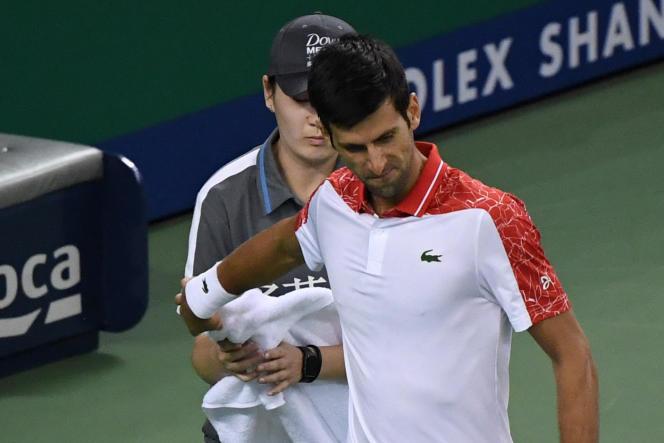 Novak Djokovic tend sa serviette à une ramasseuse, le 9 octobre au Masters 1000 de Shanghaï.