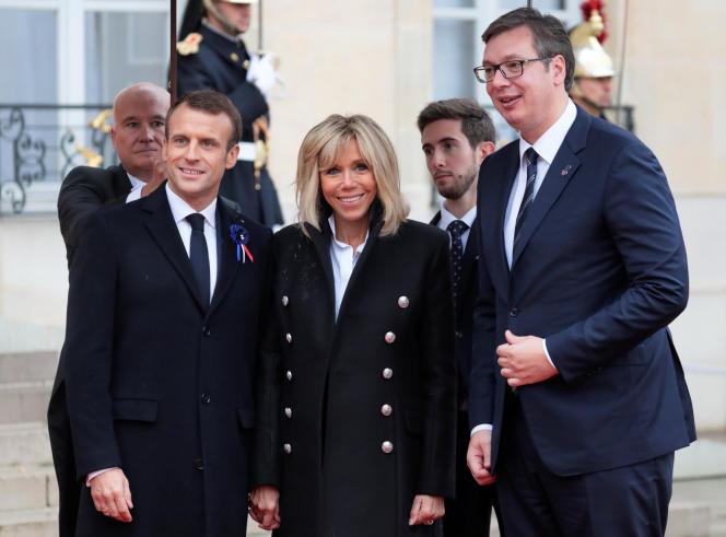 Le président serbe, Aleksandar Vucic, lors de son arrivée à l'Elysée, le 11 novembre, avec Emmanuel et Brigitte Macron.
