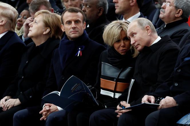 Emmanuel et Brigitte Macron entourés d'Angela Merkel et Vladimir Poutine lors d'une cérémonie pour la paix à l'Arc de Triomphe, à Paris, le 11 novembre 2018.