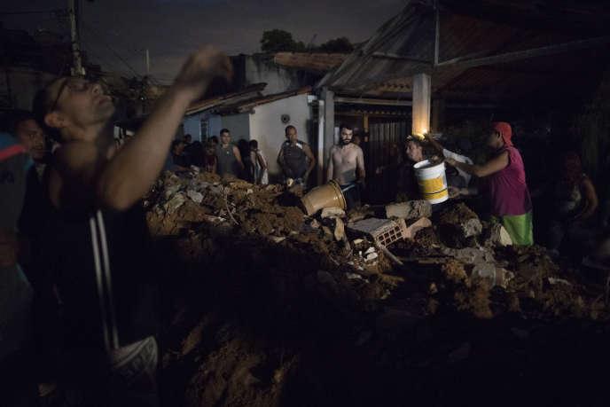 Des volontaires ont prêté main-forte aux pompiers qui recherchent les quatre personnes disparues sous les décombres à Niteroi.