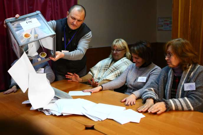 Le dépouillement des bulletins dans un bureau de vote de Donetsk, dans l'est de l'Ukraine, le 11 novembre.