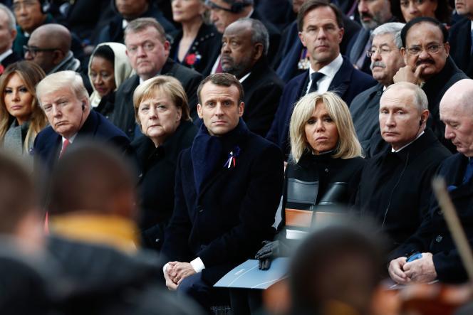 De gauche à droite, Melania et Donald Trump, la chancelière allemande, Angela Merkel, le président français, Emmanuel Macron, et sa femme, Brigitte, le président russe, Vladimir Poutine, et l'Australien Peter Cosgrove présents à la cérémonie du centenaire de l'armistice sous l'Arc de triomphe à Paris le 11 novembre 2018.