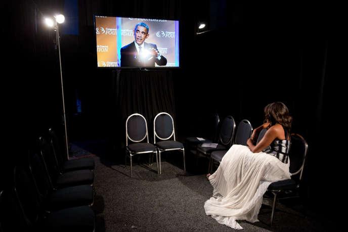 Michelle Obamadans les coulisses regardant le président prononcer un discours à Washington, le 27 septembre 2014.