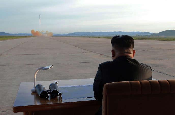 Cette photographie nord-coréenne officielle, non datée, montre le président Kim Jong-un inspecter le lancement d'une fusée balistique.