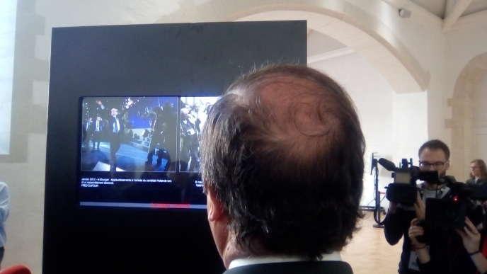François Hollande contemplant sa victoire sous le regard des journalistes, au festival Politikos, à Rennes, le 1er novembre.