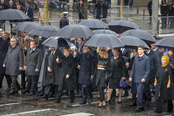 Emmanuel Macron et les chefs d'Etats invités arrivent sous l'Arc de Triomphe, à Paris, pour participer à la cérémonie de célébration du centième anniversaire de l'Armistice du 11 novembre 1918, dimanche 11 novembre 2018.