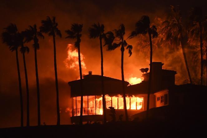 Une villa prise dans les flammes du Woolsey Fire, l'incendie géant qui ravage Malibu, en Californie, le 9 novembre.