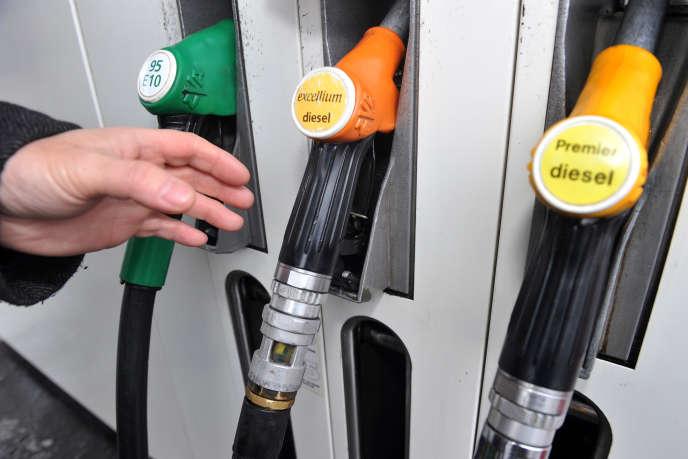 Un automobiliste s'apprête à faire le plein de carburant de son véhicule, le 30décembre 2010 à Lille.