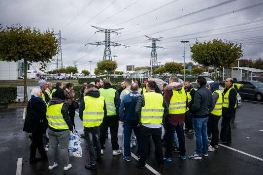 Rassemblement de gilets jaunes sur le parking du Carrefour de Torcy, France le 10 Novembre 2018.