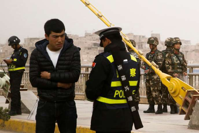 Contrôle d'identité à Kachgar (Xinjiang), le 24 mars 2017.