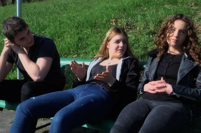 Hugo, Manon et Tessa (de gauche à droite), élèves au lycée Romain-Rolland d'Ivry-sur-Seine, dans le Val-de-Marne, filmés dans «Premières solitudes»(2018), de Claire Simon.