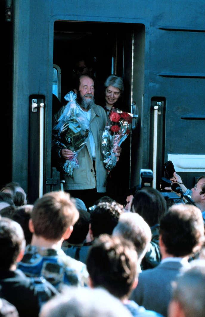 Soljenitsyne et son épouse, Natalia, à leur retour d'exil aux Etats-Unis, le 2 juin 1994, en Sibérie.