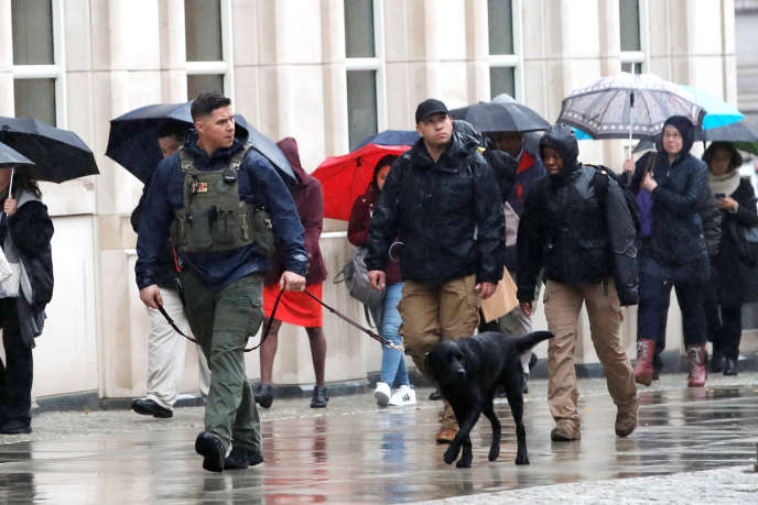 La police patrouille devant le tribunal de New York, lors du procès d'El Chapo, le 13novembre 2018.