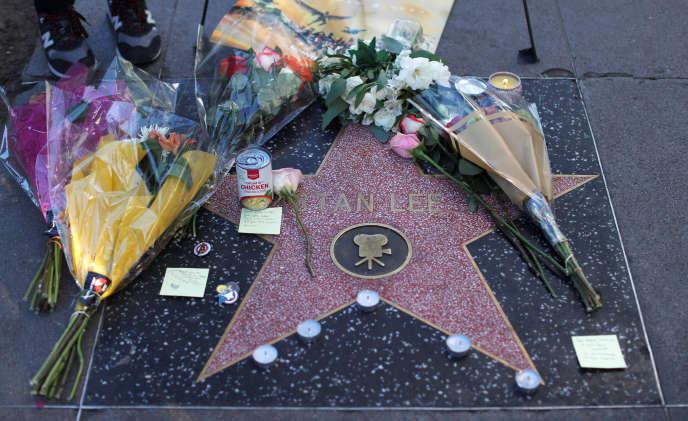 Des bouquets de fleurs ont été déposés sur l'étoile de Stan Lee sur le Hollywood Walk of Fame à Los Angeles, le 12 novembre.