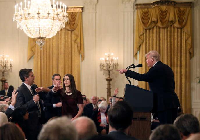 Un membre du personnel de la Maison Blanche tente de récupérer le micro au journaliste de CNN Jim Acosta, lors d'une conférence de presse du président américain Donald Trump, le 7 novembre.