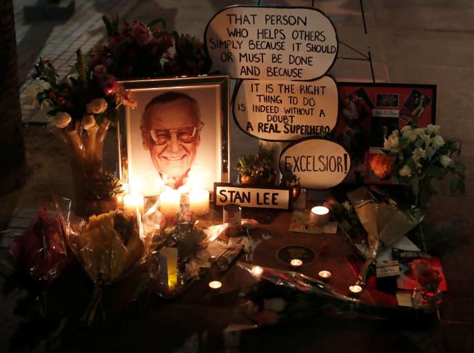 Lundi soir, sur le Hollywood Walk of Fame à Los Angeles, des admirateurs ont rendu hommage à Stan Lee.